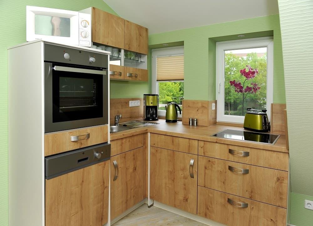 Der Küchenbereich im Apartment Stadtblick mit einer schönen Holzoptik