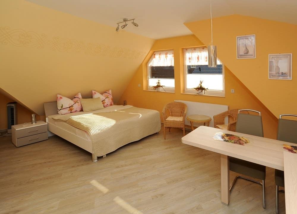 Der Schlafbereich im Apartment Parkblick mit Sitzecke und Bett