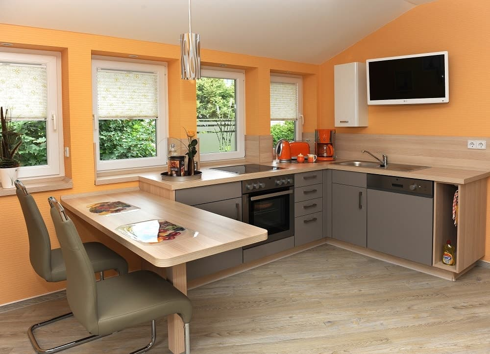 Die Küche im Apartment Parkblick mit Küchenzeile und Esstisch