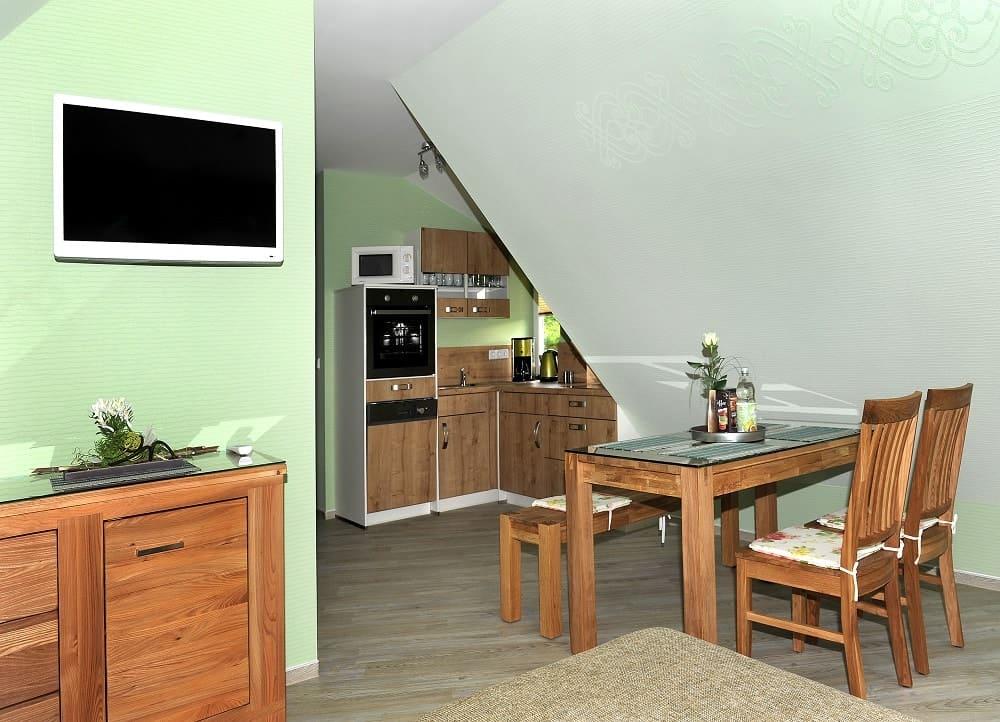 Der Essbereich im Apartment Stadtblick mit 4 Stühlen und Tisch