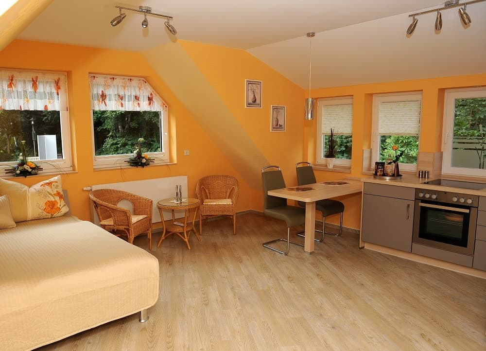 Der Wohnbereich im Apartment Parkblick mit Bett, Sitzmöglichkeiten und Esstisch