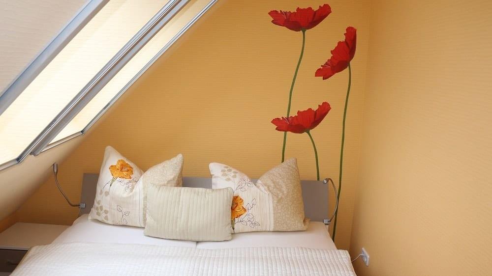 Der Schlafbereich im Apartment Stadtblick mit Sitzecke und Bett
