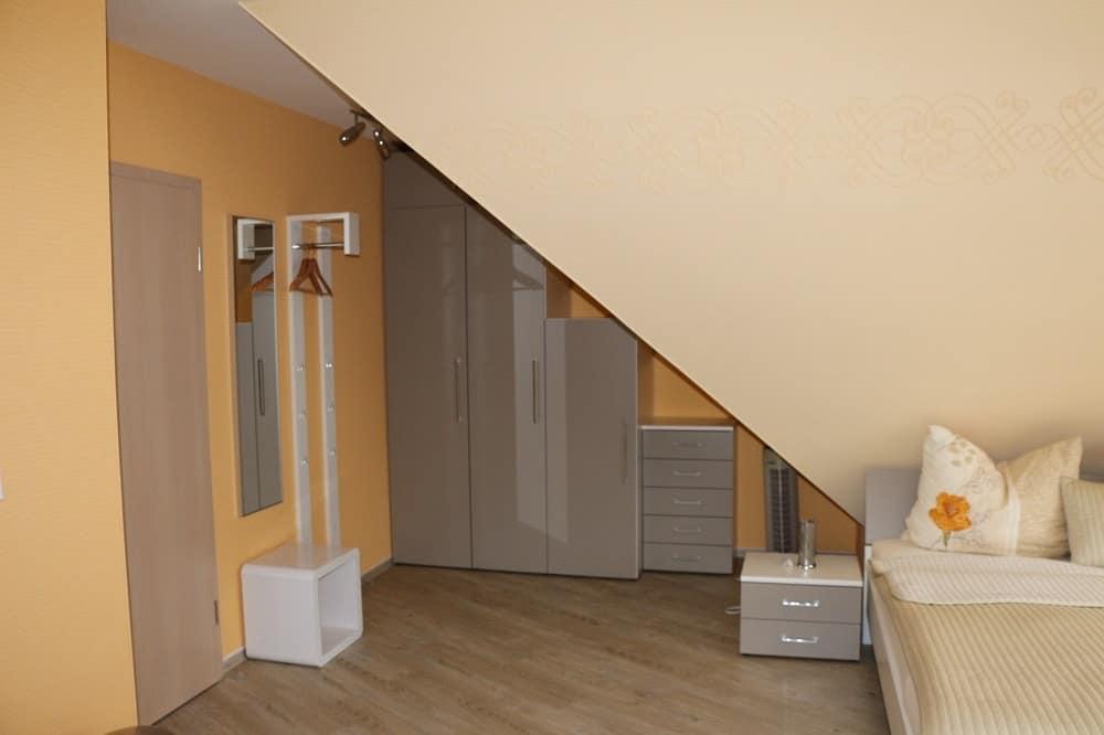 Der Flurbereich im Apartment Parkblick mit Gaderobe, Schrank und Beistelltisch