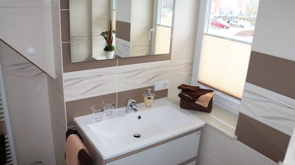 Das Bad im Apartment Stadtblick mit Fenster und Waschbecken