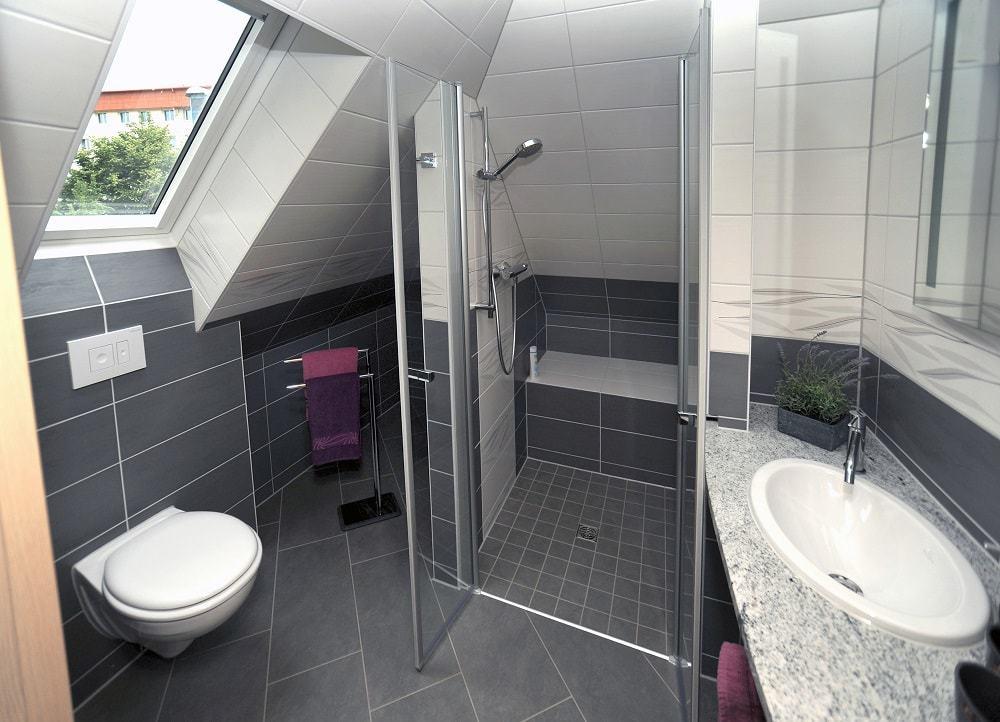 Ansicht vom Bad im Apartment Parkblick - Toilette links, mittig die Dusche, rechts das Waschbecken