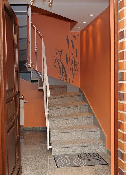 Der Eingangsbereich der Apartments - Treppfenaufgang und Eingangstür